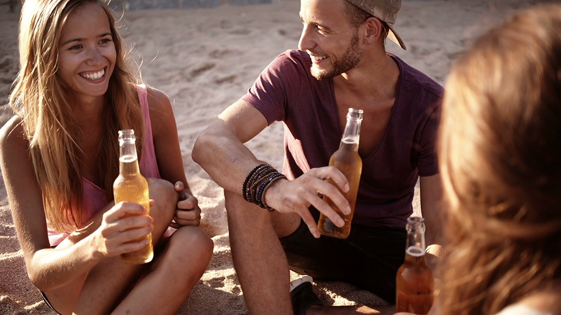 friends-cheers-beers-at-beach_b0ybmmvex_thumbnail-full01